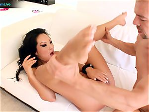 cutie Asa Akira gets a mouthful of jism