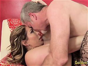 Mature tramp Savannah Jane deep-throats a schlong Before Climbing Aboard for a ride