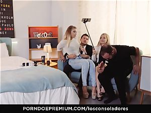 LOS CONSOLADORES - sensual Vyvan Hill in super hot 3some