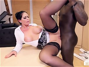booties Buero - cougar in multiracial hook-up at a German office