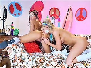60s lezzies Jessa Rhodes and Abigail Mac
